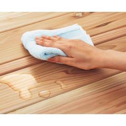 国産杉の無垢材キッチン収納 パントリーキッチンラック 幅119奥行51cm 天然木でもお手入れ簡単 国産杉の風合いを生かしながら、水や汚れの浸透を軽減する、クリヤーなウレタン塗装を施しました。