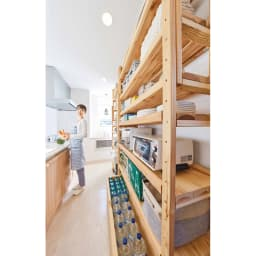 国産杉の飾る無垢材キッチン収納 キッチンワゴン 幅137奥行45cm (ラック幅149cm用) 使用イメージ