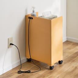 テレワーク快適ワゴン 幅60cm (ア)ナチュラル 背面は美しく化粧が施されています。背面のコード穴で壁からの充電もスムーズ。 ※写真は幅40cmタイプです。
