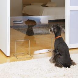 アクリル製ペットゲート 高さ50.5cm お得な2枚組(コーナー兼用) (1枚での使用例)寝室への入り口にも。