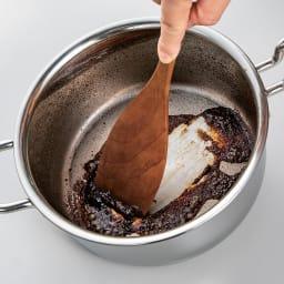 IH対応 服部先生のステンレス7層構造鍋「ジオ」 片手鍋径20cm お手入れも簡単。鍋肌のきめ細やかさで汚れも木ベラでするっと落とせます。接合部や凹凸も少なく、洗いやすさも◎。