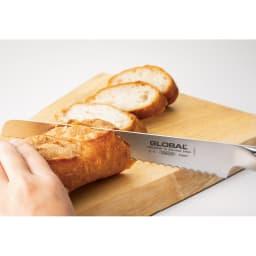 グローバル包丁シリーズ パン切り包丁 バゲットもスッと切れ、美しい断面に。