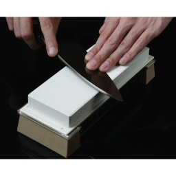 GLOBAL/グローバル 専用包丁研ぎ器 作ったのは砥石専門メーカーの(株)末広。だから納得の研ぎ上りなのです。