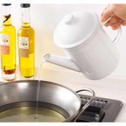 野田琺瑯の活性炭付きオイルポット 油切れのよい注ぎ口。