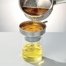 野田琺瑯の活性炭付きオイルポット カートリッジを通った油は、こんなにきれいに濾過できます。