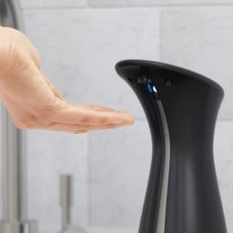 ハンドソープや除菌ジェルに umbra アンブラ オットセンサーポンプ ソープディスペンサー オートセンサー搭載。ポンプに触れずに使えて衛生的です。