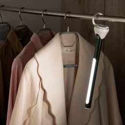 BRUNO/ブルーノ  スティックライト 2本組 (イ)グリーン スタンド裏のフックを起こせば吊り下げも。クローゼットの中も明るく。