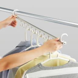アコーディオン式スムーズ伸縮物干し(伸縮竿付き) ワイド(竿3本付き) 9連ハンガーフックバー 洗濯物を一気に取り込めるハンガーフックバー付き。
