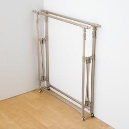 アルミ製伸縮マルチ室内物干し たたむと厚さ18cm。自立するので、使わない時は部屋の片隅に。