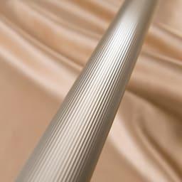 アルミ製伸縮マルチ室内物干し 表面に凹凸のある縞状のローレット加工を施すことで、強度を高め、滑りにくい仕様に。