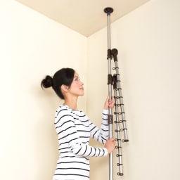 「どこでもポール」ワンタッチつっぱり物干し アーム2本+伸縮タオルハンガー(内外兼用) 取り付けワンタッチ! 天井と床に押しつけるだけで設置できるマジックストッパー。
