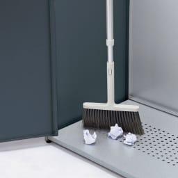 モダン2面開閉ダスト収納庫 幅100cm(容量230L) 前面も開くので、底面のお掃除も簡単。サッと掃き出して清潔に。