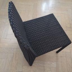ラタン調コンパクトテーブル 3点セット 背もたれは曲線になっており、座り心地のよさにこだわりました。