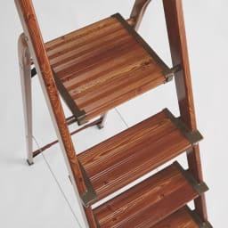 木目調ワイドステップ脚立 4段 ステップの奥行は、安定感のあるワイド設計。