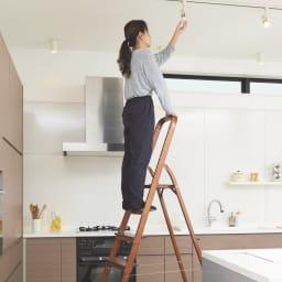 木目調ワイドステップ脚立 4段 お部屋の電球の取り替えにも。