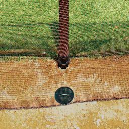 全長20m!お手軽ゲート付フェンス ネット上部は支柱に、下部は地面に金具でしっかり固定。