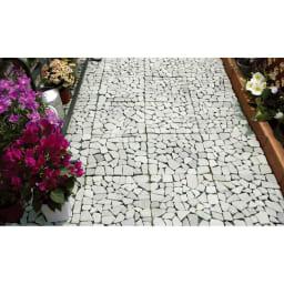 雑草が生えない天然石マット お得な同色48枚組 通路での例(使用後)