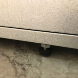 薄型ベランダ収納踏み台ストッカー 幅120高さ32cm 高さが調整できるアジャスター付き。