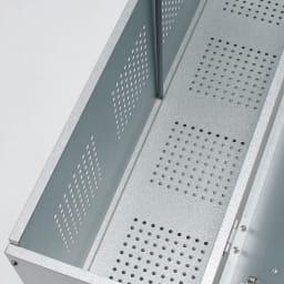 薄型ベランダ収納踏み台ストッカー 幅120高さ32cm 前面・底板は、湿気やニオイのこもりを防ぐパンチング孔加工。