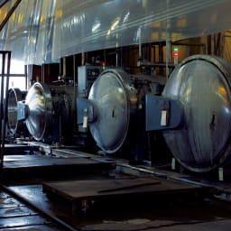 パシーマ(R)生地のケットにもなる掛けカバー (中央左)パシーマ(R)の素材となる脱脂綿とガーゼは、筒状の釜でぐつぐつと煮るようにして余分なものがそぎ落とされてゆきます。