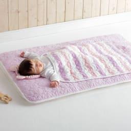 医療用純度の脱脂綿とガーゼを使ったカラフルパシーマ(R)ベビー 肌掛けシーツ コーディネート例(ア)ピンクボーダー ※洗濯後の商品で撮影しています。