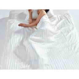 オールシルクシリーズ シルクカバー付き真綿肌掛け布団 素肌にしっとり馴染みながらも、シルクの持つ吸放湿性でさらっとした心地よさが続きます。春から秋の3シーズンは1枚で長くご使用いただけます。