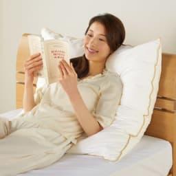 【フォスフレイクス】枕クラシック&ロイヤーレ 枕カバー付き 使い方いろいろ 背もたれにしてリラックス。