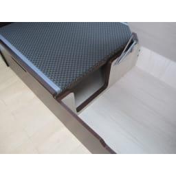 跳ね上げ美草畳収納ベッド ヘッドなし 内部の様子 仕切りをくりぬいているので、長物収納も可能。 化粧もされていて快適収納。