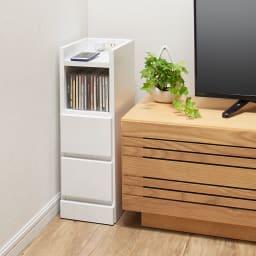 すき間ナイトテーブル (ア)ホワイト リビングルームのテレビ横収納としても便利です。※写真は幅20cmタイプ