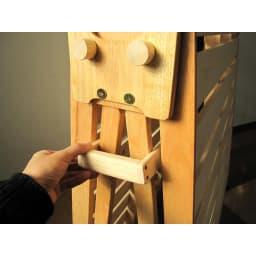 折りたたみ式ひのきすのこベッド シングルハイ 布団干しの形にするときは、ストッパーを差して固定します。