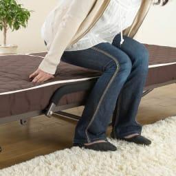 開梱してすぐ使える![組立不要]低反発ダブルリクライニング電動ベッド マット面は立ち座りのしやすい高さ33cm。取っ手部がマット面と同じ高さなので、ぶつからずスムーズに立ち座りすることができます。