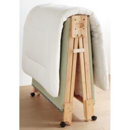 畳空間を簡単に演出できる折りたたみベッド ハイタイプ(棚なし) 布団をのせたまま二つ折りでき、窓辺へキャスターで運んでラクに干せます。 コの字のストッパー付き。