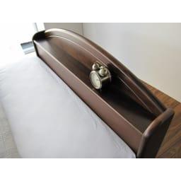 フランスベッド 天然木棚付き引き出しベッド 羊毛入りマルチラススーパースプリングマットレス付き ヘッドボードの棚には時計や携帯電話を置くのに便利。