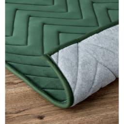 もちもち洗えるキルトラグ(カーペット)【円形・オーバル】 裏面は不織布で滑りにくい加工。(ア)モスグリーン