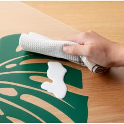 塩ビプリントキッチンマット<モンステラ> 汚れてもサッとひと拭きするだけで、お手入れも簡単。