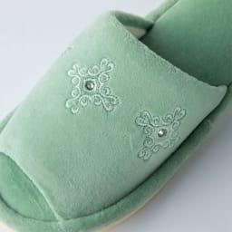 ヨシエイナバ 〈ルーチェ〉 ペーパーホルダーカバー・スリッパセット ベロア調の起毛素材に、刺繍とラインストーン付き (イ)グリーン系