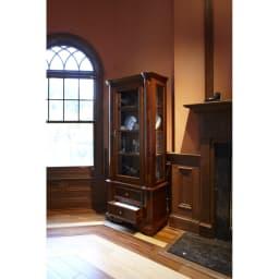イタリア製クラシック ガラスコレクションキャビネット 側面もガラスになっているので、光が注ぐ窓の近くに設置すると収納アイテムも美しく演出できます。