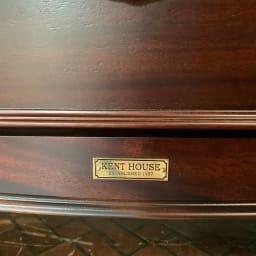 クラシカルロイヤル ケントハウスシリーズ ミドルテレビボード 金属製のエンブレムがアンティークな雰囲気を際立たせます。