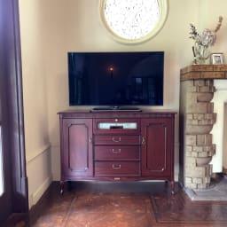 クラシカルロイヤル ケントハウスシリーズ ミドルテレビボード ハイタイプなのでダイニングテーブルからもテレビが見やすい高さです。寝室のセカンドテレビ台としてもオススメ。