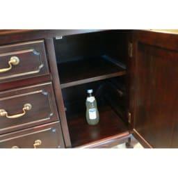 アンティーク調クラシック家具シリーズキャビネット・幅110cm 扉内部の棚板は2段階に調節できます。