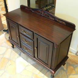 アンティーク調クラシック家具シリーズキャビネット・幅110cm 木目の美しいダークブラウン。重厚感のあるデザインです。
