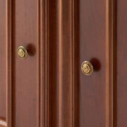イタリア製 コンパクト収納家具シリーズ キャビネット(リビングボード) ゴールドの取っ手がおしゃれなアクセントになります。