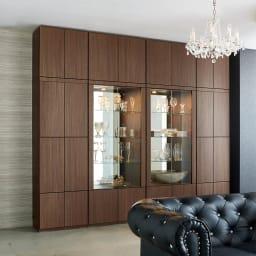 美しく飾れる 光沢仕上げ収納システム ガラス扉コレクションケース  幅60cm コーディネート例(イ)ウォルナット柄