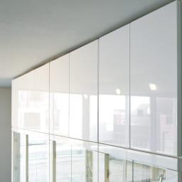 美しく飾れる 光沢仕上げ収納システム ガラス扉コレクションケース 幅80cm (ア)ホワイト色は、曇りのないつややかな光沢感も魅力。窓から差し込む光、お部屋のライティングを受けてそのツヤ感がさらに際立ちます。