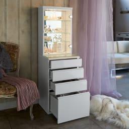 LEDライト付き 楽屋ドレッサーシリーズ ガラスキャビネット付き チェスト 幅60cm クローゼットの衣類収納、バッグ収納、アクセサリーケースとして、隠すと見せるを両立します。※写真は幅45cmです。