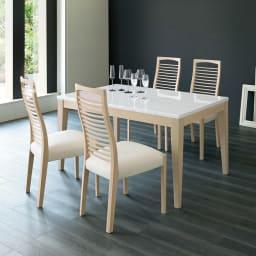 光沢が美しい 伸長式 モダン ダイニングテーブル 使用イメージ(130cm伸縮時)