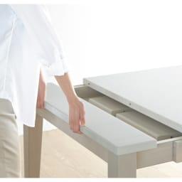 光沢が美しい 伸長式 モダン ダイニングテーブル 追加天板を使用しないときは、天板下スペースにすっきり収納できます。