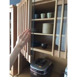 和モダン 格子 ダイニング シリーズ 家電収納庫 幅120奥行48cm 扉には開け閉めしやすい彫り込みの手掛けがついています。