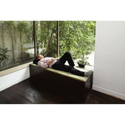 ユニット畳シリーズ 1.5畳 高さ45cm 簡易ベッドとして使用しているイメージ。モデルは175cmになります。