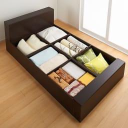 ユニット畳シリーズ ベッドセット 幅120奥行215cm 高さ31cm(本体高さ70cm) ≪ベッドセットの収納例≫ 畳の下にはこんなにもたっぷり隠せる収納力!収納庫の内側も化粧仕上げで、衣類やファブリック類も安心です。